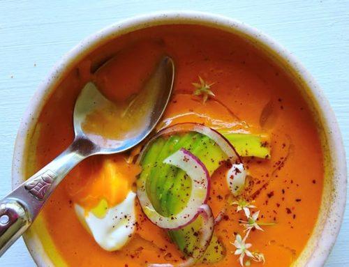 גספצ'ו אמולסיה של עגבניות שרי ושמן זית, עם אפרסקים, אבוקדו ויוגורט
